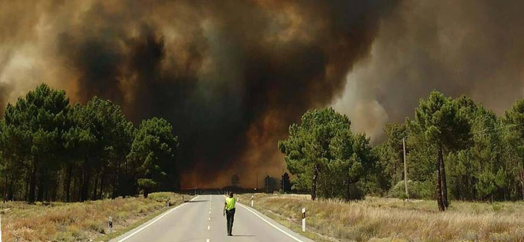 La lluvia permite rebajar a nivel 1 el incendio de Navalilla