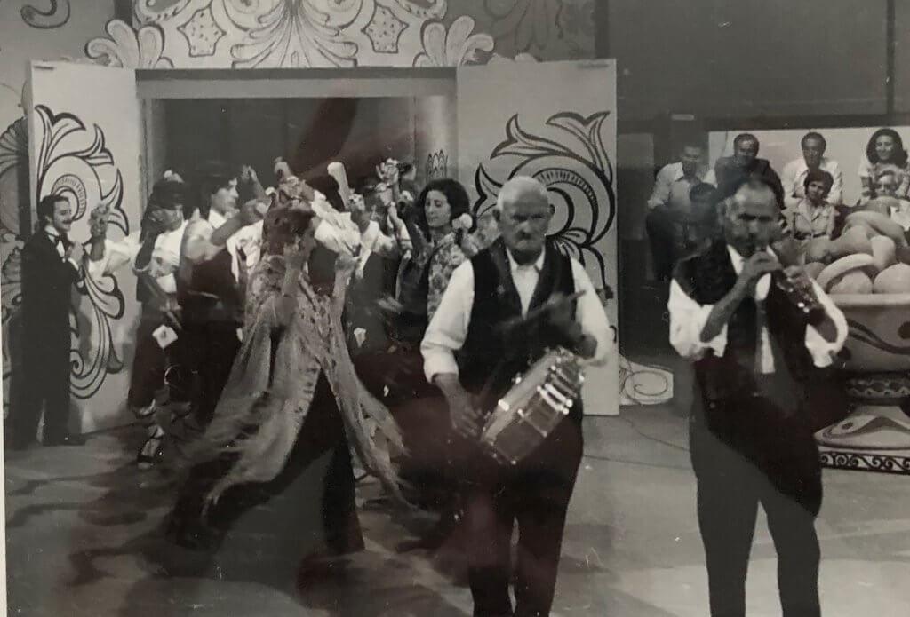 Tio Cerillas y Tio Mariano con el Grupo de danzas de Lastras en el un, dos , tres
